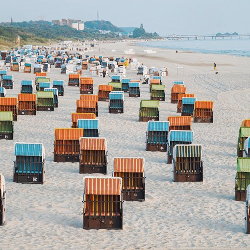 Ahlbeck colorful beach chairs | © Konrad Langer