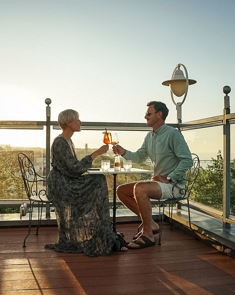 Prime Restaurant Ahlbeck couple with drinks at rooftop terrace | © Liz Bernatzek